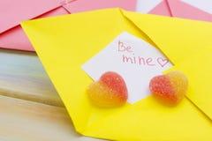 Une note d'amour sous enveloppe jaune Image libre de droits