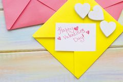 Une note d'amour sous enveloppe jaune Photos stock