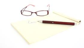 Une note et un crayon lecteur de lunettes Image libre de droits