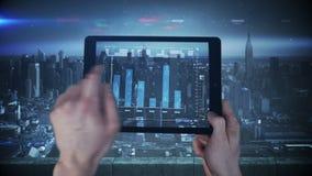 Une nouvelle interface de comprimé étant employée dans une grande ville clips vidéos