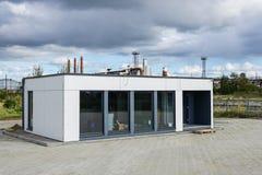 Une nouvelle maison modulaire pour un petit bureau images stock