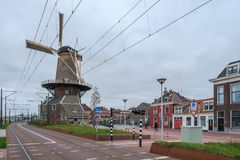 Une nouvelle route et une tramway le long du vieux moulin ? vent de ville de Roos ? Delft, Pays-Bas images stock