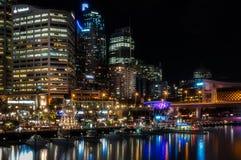 Une nuit Darling Harbour - à Sydney, Australie Photos stock