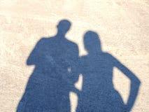 Une ombre d'un couple sur l'asphalte dans un jour d'été ensoleillé lumineux Le coeur au centre du cadre a formé par des ombres Photo stock