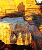 Une ombre d'un couple sur la roche Photographie stock libre de droits