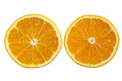 Une orange coupée en tranches dans la moitié. Image libre de droits