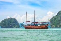 Une ordure moderne pour le tourisme en baie de Phang Nga photos stock