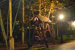Une oscillation en bois en parc la nuit Image stock