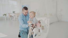 Une oscillation plus lointaine sa belle fille Famille heureux Mouvement lent clips vidéos