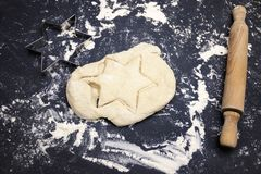 Une pâte six bornes se tiennent le premier rôle et une goupille sur la table Une photo aérienne d'une certains farine, pâte de bl Images stock