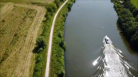 Une péniche de fret sur une rivière banque de vidéos