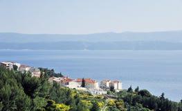Une péninsule avec des maisons dans la côte de la Croatie Photo stock