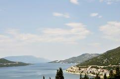 Une péninsule avec des maisons et des bateaux dans la côte de la Croatie Image stock