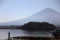 Une pêche d'homme au lac de kawaguchiko, Japon Photographie stock
