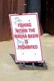 Une pêche dans le bassin de marina est signe interdit images stock