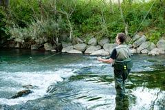 Une pêche de pêcheur sur un fleuve photos libres de droits