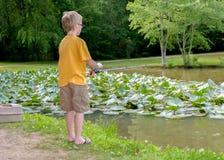 Une pêche de petit garçon Image stock