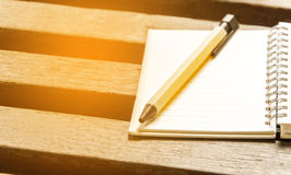 Une page et un stylo vides de carnet sur la table en bois Vue supérieure avec la copie Image stock