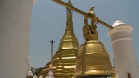 Une pagoda d'or avec une cloche d'or accrochante voisine clips vidéos
