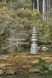 Une pagoda faite en pierre en parc du pavillon d'or photos stock