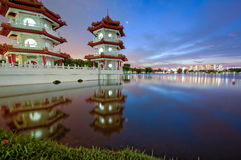 Une pagoda jumelle vibrante au jardin chinois Singapoe de Lakeside Image stock