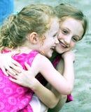 Une paire d'étreinte de soeurs Photo stock