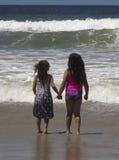 Une paire d'accolade de soeurs pour une vague approchante Images libres de droits