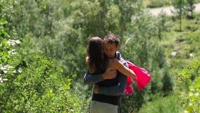 Une paire d'amants se tient dans la perspective des verts vifs de forêt honeymoon Baiser sur le fond du clips vidéos