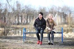 Une paire d'amis en automne se gare Photographie stock libre de droits