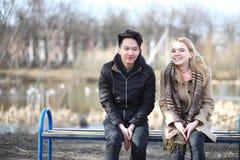Une paire d'amis en automne se gare Photo libre de droits