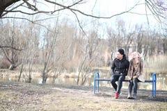 Une paire d'amis en automne se gare Photos libres de droits