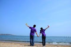 Une paire d'amoureux dans le bord de la mer Image libre de droits