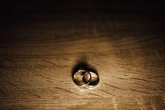 Une paire d'anneaux de mariage avec le fond de bokeh Photo libre de droits