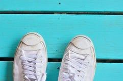 Une paire d'espadrilles blanches Image libre de droits