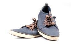 Une paire d'espadrilles bleues de marche Images libres de droits