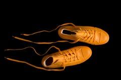 Une paire d'espadrilles jaunes de mode Photos libres de droits