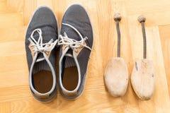 Une paire d'espadrilles utilisées Image stock