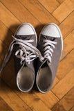 Une paire d'espadrilles utilisées Photo stock