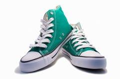 Une paire d'espadrilles vertes Photos libres de droits