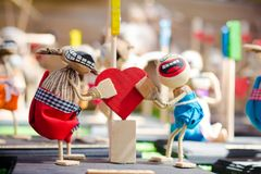 Une paire d'exprimer ses poupées d'amour photographie stock