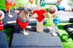 Une paire d'exprimer ses poupées d'amour image libre de droits