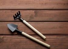 Une paire d'outils de jardin images libres de droits