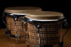 Une paire de bongos se tenant sur une table en bois photos stock