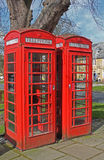 Une paire de cabines téléphoniques anglaises rouges Photo libre de droits