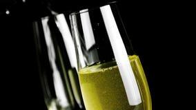 Une paire de cannelures de champagne avec les bulles d'or banque de vidéos