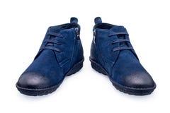 Une paire de chaussures bleues de sports avec la dentelle Photo libre de droits