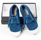 Une paire de chaussures bleues neuves Photo libre de droits