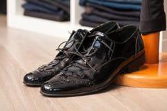 Une paire de chaussures en cuir Photos stock