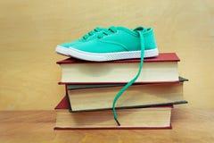 Une paire de chaussures sur une pile de livres Images stock