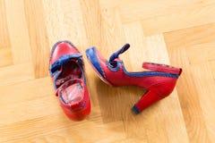 Une paire de chaussures utilisées d'une femme Image libre de droits